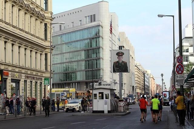 que ver en berlin checkpoint charlie.jpg