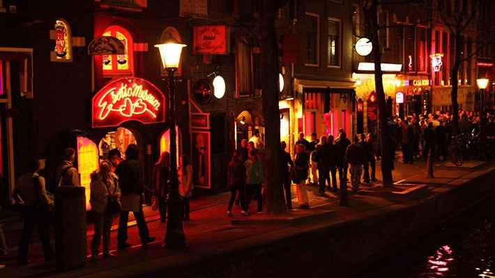 amsterdam-red-light-district-tour-and-boat-trip-1
