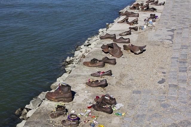 que ver gratis en budapest memoria zapatos.jpg