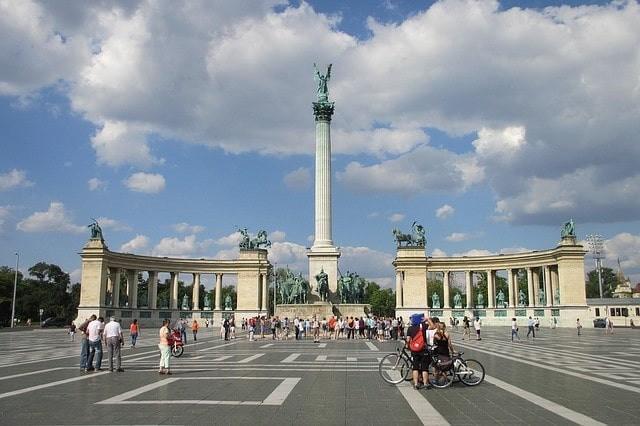 que ver gratis en budapest plaza de los heroes.jpeg
