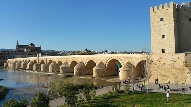 que visitar gratis en cordoba puente romano.jpeg