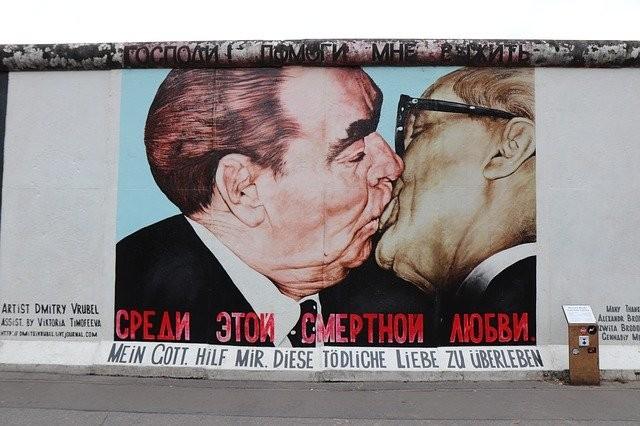 kiss-.jpg