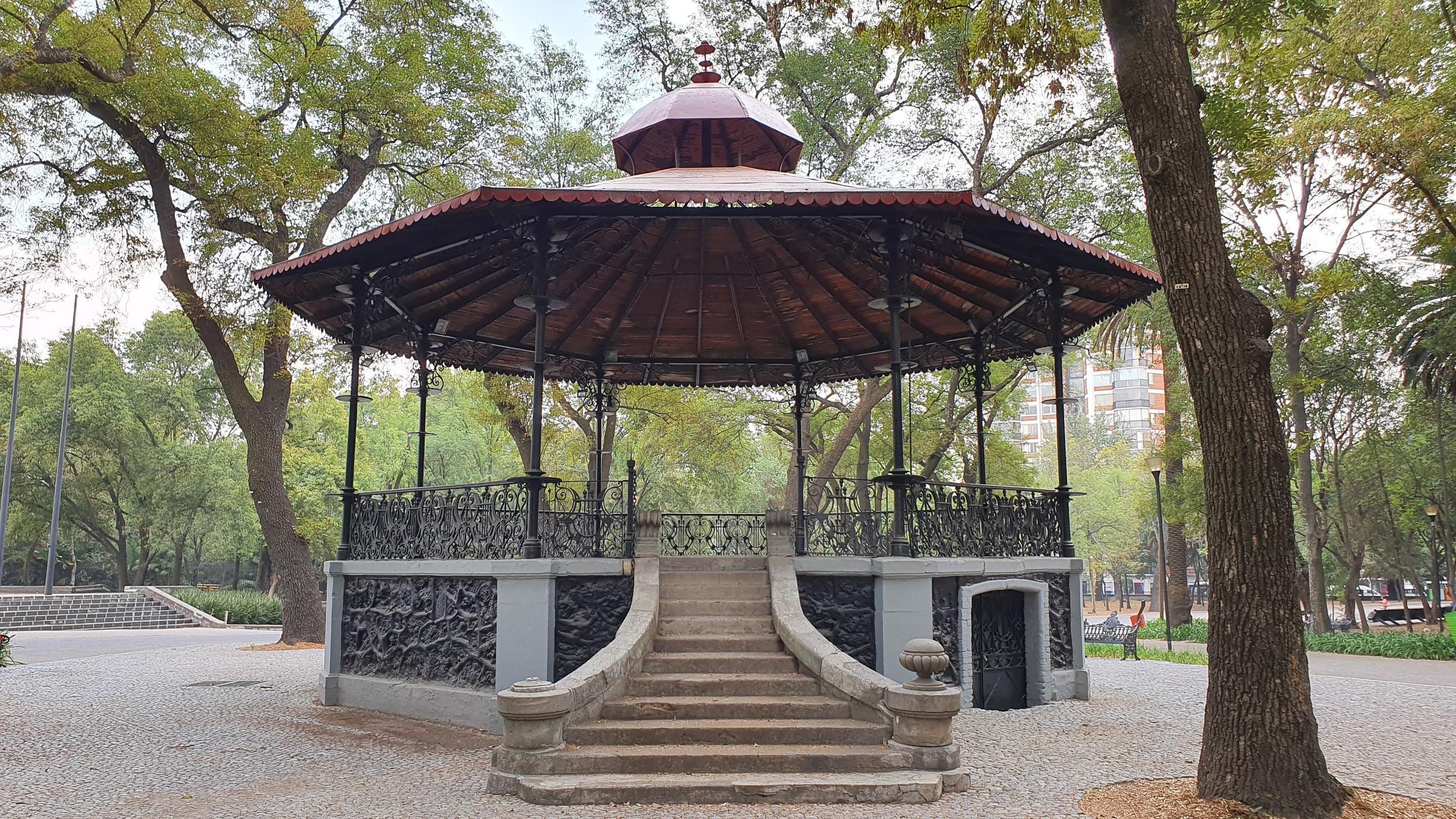Free-Walking-Tour-of-Chapultepec-Park,-Mexico-City-4