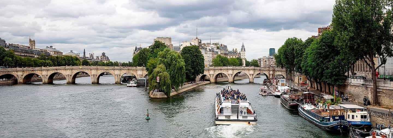 Paseo en barco por el Sena en París
